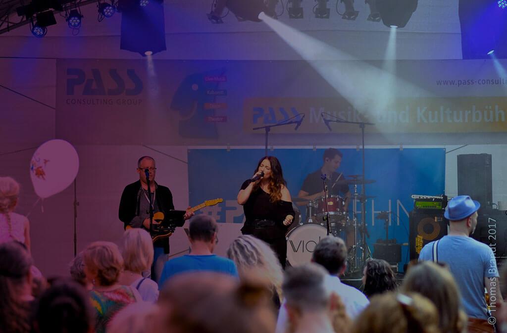 """Viola Tamm Bundesweit Radioplays mit den Singles """"Down"""" und """"Soul 2 Soul"""" Violet Voices"""