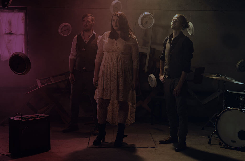 """Labelvertrag mit ihrer Band, den """"Wohnzimmertouristen"""" bei D7, der 7 Us Media Group Marina Held Violet Voices"""